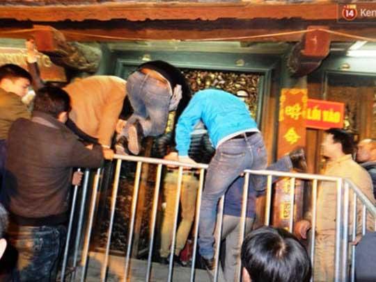 Cảnh leo trèo, giẫm đạp lên nhau xông vào nội cung để cướp lộc tại lễ khai ấn đền Trần (Nam Định) diễn ra ngày 21-2-2016Ảnh: Tuấn Minh