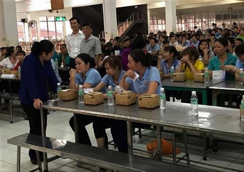 Bà Võ Thị Dung, Phó Bí thư Thành ủy TP HCM, thăm hỏi công nhân trong buổi trao quà tối 13-1 tại KCX Linh Trung I Ảnh: Thanh Nga