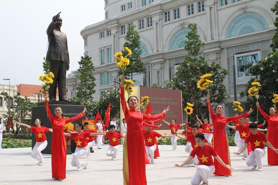 TP HCM bảo dưỡng định kỳ tượng đài Chủ tịch Hồ Chí Minh - Ảnh 1.