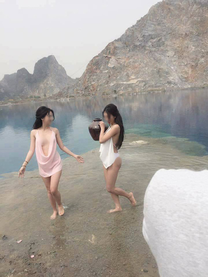 2 hotgirl chụp ảnh hở hang ở tuyệt tình cốc