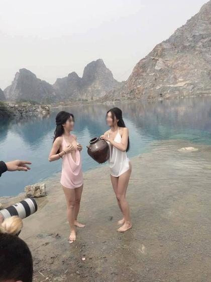 2 hotgirl tạo sáng trước ống kính của tay máy nam