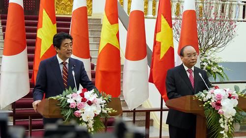 Hai Thủ tướng Nguyễn Xuân Phúc và Shinzo Abe thông báo các kết quả đạt được sau cuộc hội đàm