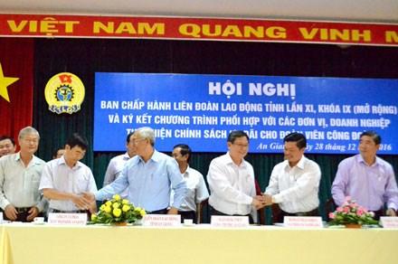 Chủ tịch LĐLĐ tĩnh An Giang Nguyễn Thiện Phú ký kết chương trình hỗ trợ đoàn viên với các đơn vị, DN. Ảnh: L.T