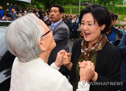 Đệ nhất phu nhân Hàn Quốc chia tay hàng xóm trước khi đi. Ảnh: Yonhap