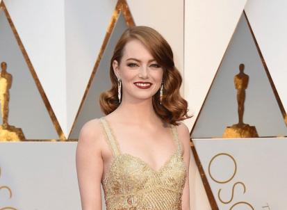 Logo gắn trên ngực áo của Emma Stone là biểu tượng của nữ quyền