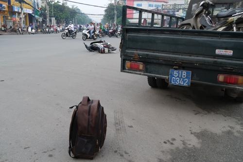 TP HCM: Sáng sớm, taxi húc xe máy một người bị thương nặng - Ảnh 2.