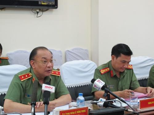 Trung tướng Lê Đông Phong trao đổi với phóng viên các báo, đài