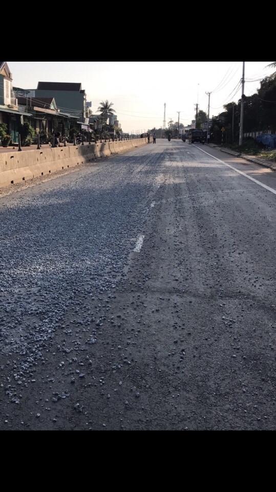 Đá cấp phối rơi vãi trên Quốc lộ 1 gây nguy hiểm cho người tham gia giao thông