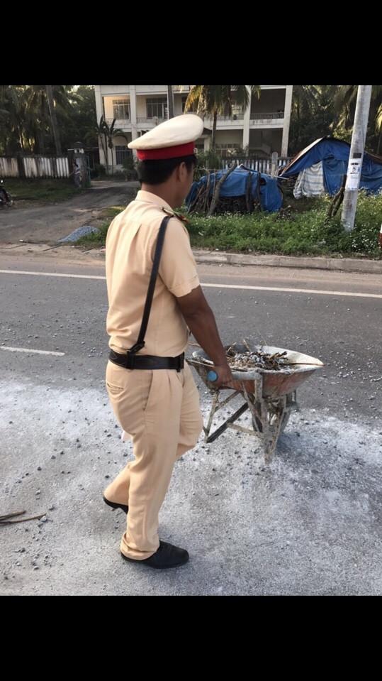 CSGT Trạm CSGT Tuy Phước thu gom đá rơi vãi trên Quốc lộ 1