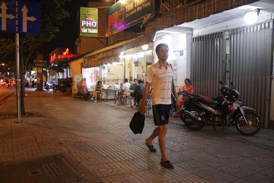 Người dân đã thoải mái đi bộ trên vỉa hè của đại lộ Phạm Văn Đồng