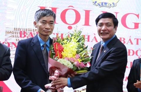 Tân Phó chủ tịch Trần Văn Thuật (trái ảnh) nhận hoa chúc mừng của Chủ tịch Tổng LĐLĐ Việt Nam Bùi Văn Cường