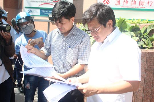 Ông Đoàn Ngọc Hải, Phó Chủ tịch UBND quận 1, kiểm tra các loại giấy tờ cẩn thận để xử lý vi phạm lấn chiếm vỉa hè đúng quy định.