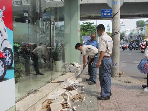 Người dân tự tháo dỡ tam cấp xây dựng sai quy định