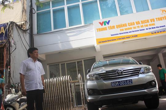 Phó chủ tịch UBND quận 1 Đoàn Ngọc Hải đi xử lý vi phạm - Ảnh: Sỹ Đông