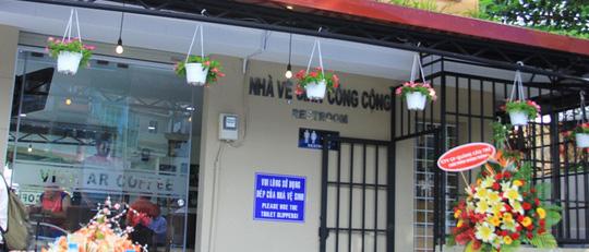 Sáng 24-2, UBND quận 10 đã đưa vào sử dụng 2 nhà vệ sinh công cộng (NVSCC) không thu phí ở các khu vực đông người qua lại để giảm thiểu tình trạng tiểu bậy nơi công cộng. 2 nhà vệ sinh này do Công ty Dịch vụ công ích quận 10 phối hợp với một hãng cà phê xây dựng ở giao lộ Lê Hồng Phong – 3 tháng 2 và Lý Thái Tổ – 3 tháng 2. Cụ thể, hãng cà phê bỏ kinh phí xây dựng nhà vệ sinh trên mặt bằng của UBND quận 10. Nhà vệ sinh dành cho khách và người dân sử dụng miễn phí khi có nhu cầu. Theo hợp đồng có giá trị 5 năm, hãng cà phê vẫn phải trả tiền thuê mặt bằng cho UBND quận 10