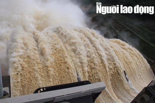 Miền Trung: Mưa lớn, các thủy điện xả lũ, nhiều vùng bị chia cắt - Ảnh 1.