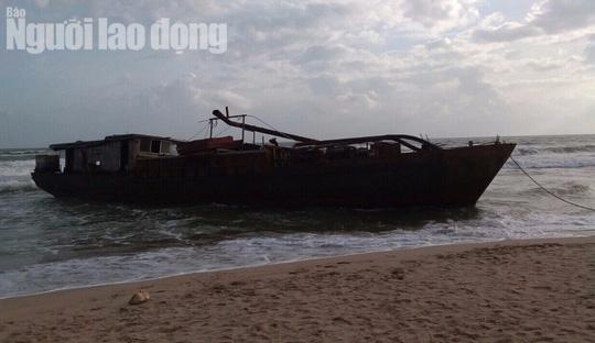 Tàu ma có ghi chữ Trung Quốc trôi vào bờ biển Quảng Nam - Ảnh 1.