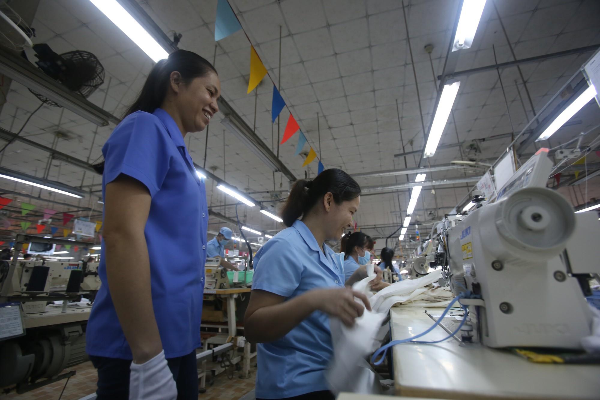 [eMagazine] - Ngỡ ngàng trước sự thần tốc của nữ công nhân khuyết tật - Ảnh 7.