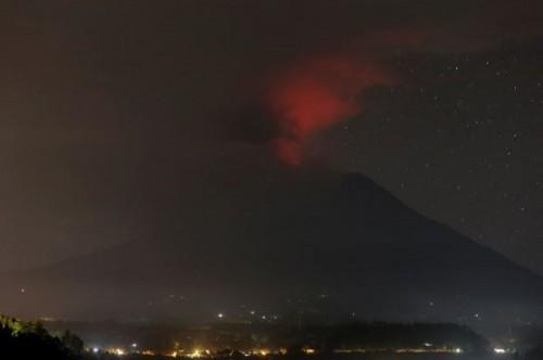 Vẫn còn 40 người Việt kẹt ở Bali sau khi núi lửa phun trào - Ảnh 1.
