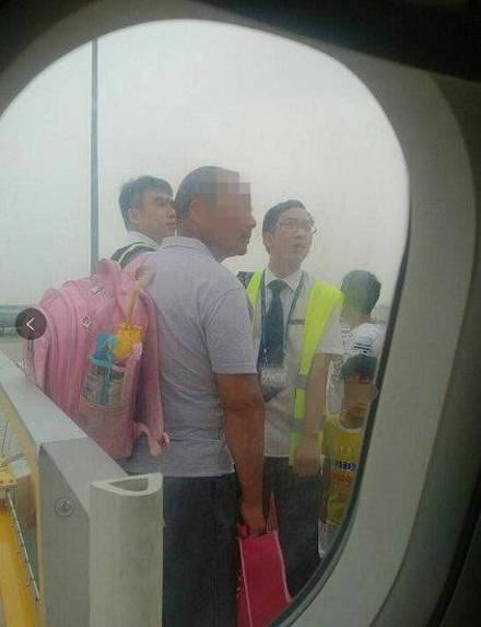Trung Quốc: Không có vé vẫn lên được máy bay - Ảnh 1.