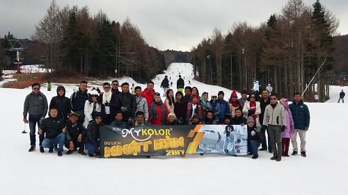 Đoàn khách Sơn Mykolor - Công ty 4 Oranges tại khu trượt tuyết Fujiten