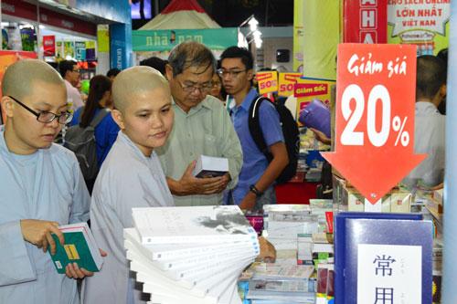 Đông đảo khách tham quan Hội Sách lần thứ II tại TP Cần Thơ Ảnh: Ngọc Trinh