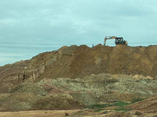 Xới tung cụm công nghiệp lấy đất làm gạch - Ảnh 1.