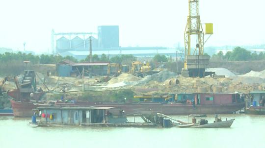 Cảnh hút cát trên sông Cầu trong ngày 3-3 Ảnh: THANH TÂM