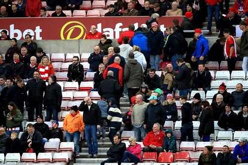 Khán giả Sunderland bỏ về sớm