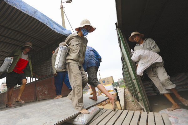 Một số lượng rất lớn người lao động tự do, lao động trong khu vực phi chính thức chưa được đảm bảo an sinh xã hội. Ảnh: NGUYỄN NAM