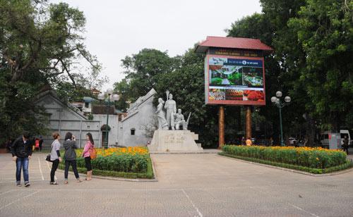 Khu vực tượng đài Quyết tử để Tổ quốc quyết sinh ở bên hồ Gươm