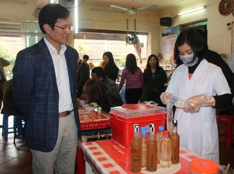 Đoàn kiểm tra an toàn thực phẩm lấy mẫu rượu tại một nhà hàng ăn uống kiểm tra