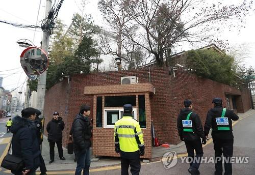 Cảnh sát đứng gần nhà riêng của bà Park Geun-hye hôm 12-3. Ảnh: Yonhap