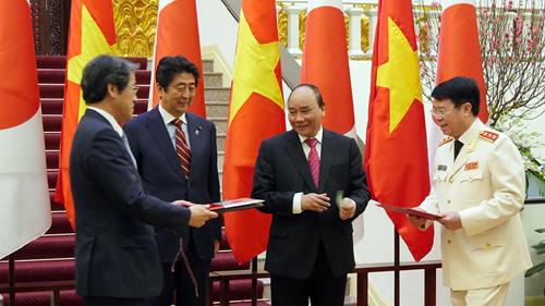 Hai Thủ tướng chứng kiến lễ ký và trao đổi văn kiện hợp tác giữa Việt Nam và Nhật Bản