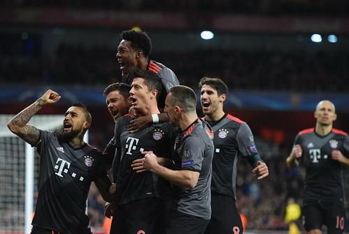 Lewandowski vui mừng sau khi ghi bàn từ chấm 11m