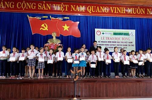 Ông Juan Feng Li, Tổng Giám đốc Ngân hàng Cathay United Chi nhánh Chu Lai, Việt Nam trao học bổng cho các em học sinh tiểu học tại tỉnh Quảng Nam