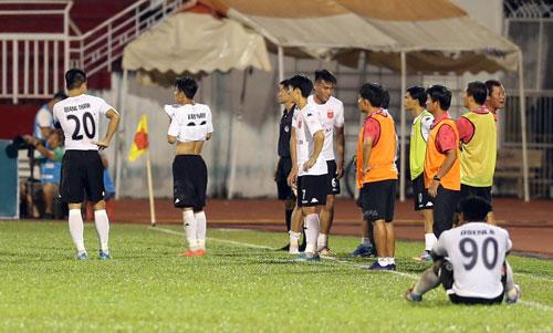 Cầu thủ Long An ra đường biên tẩy chay trọng tài vào cuối trận sau quả phạt đền mà họ cho là tưởng tượng Ảnh: Quang Liêm