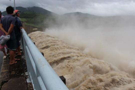 Mưa lớn, Thủy điện Sông Ba Hạ bắt đầu xả lũ - Ảnh 1.
