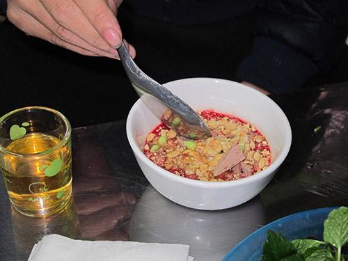 Tiết canh là món ăn tiềm ẩn nhiều nguy cơ gây bệnh, nhất là trong thời điểm bùng phát dịch cúm gia cầm