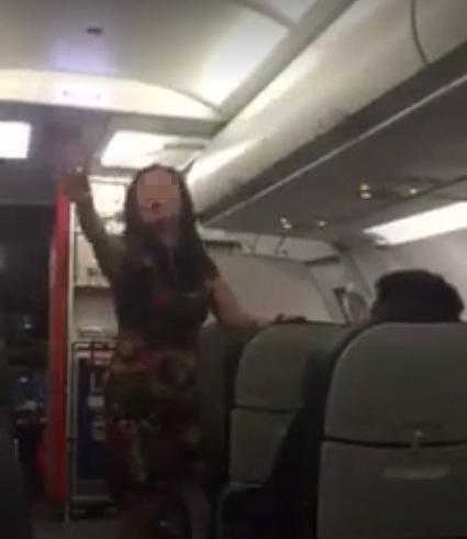 Người phụ nữ gây rối trên máy bay - Ảnh cắt từ clip