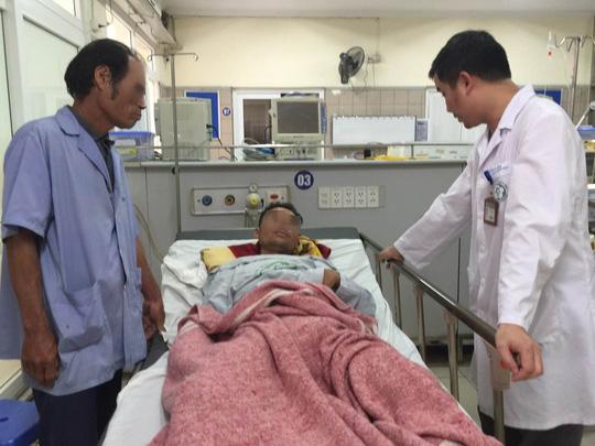 Một bệnh nhân ngộ độc rượu methanol đang được điều trị tại Bệnh viện Bạch Mai