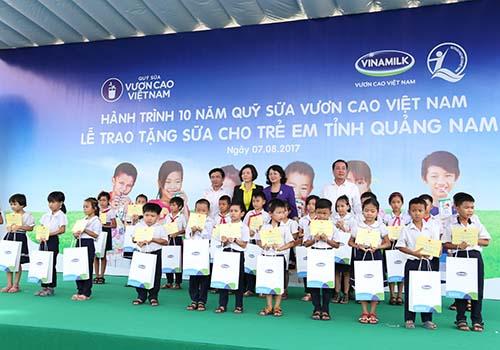Khởi động hành trình trao sữa 10 năm liên tiếp của Quỹ sữa vươn cao Việt Nam: Trao tặng 46.500 ly sữa cho trẻ em tỉnh Quảng Nam - Ảnh 1.