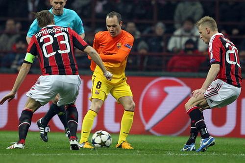 Iniesta đối đầu Ambrosini