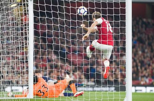 Trọng tài cứu nguy, Lacazette đưa Arsenal lên Top 10 - Ảnh 3.