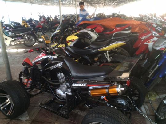 Một trong những chiếc xe mô tô phân khối lớn của ông Dũng bị tịch thu. Ảnh do công an cung cấp
