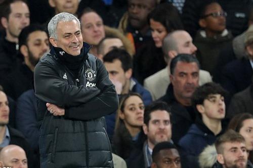 HLV Mourinho cười nhạt đầy cay đắng khi cầu thủ M.U bị đuổi