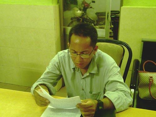 Hình ảnh năm 2011 Tùng bị công an quận 1 mời về làm việc vì tội mạo danh Nhà báo.