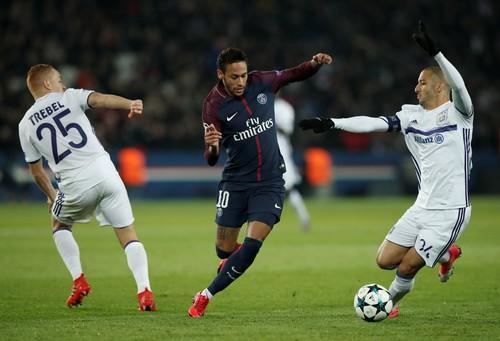 Hậu vệ Kurzawa làm lu mờ Neymar, PSG giành vé sớm - Ảnh 4.