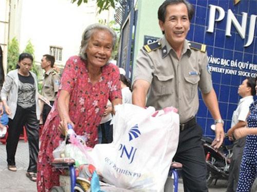 2.110 phần quà Tết cho người nghèo