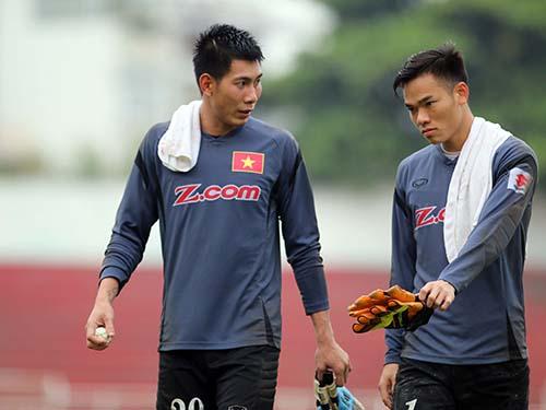 Nguyên Mạnh (phải) chỉ có thể trở lại từ lượt trận thứ 2 vòng loại Asian Cup 2019Ảnh: Quang Liêm